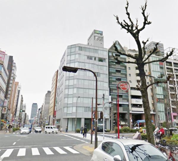4℃の名古屋店が右手に見えます。その先にある交差点を直進してから、右に曲がります。