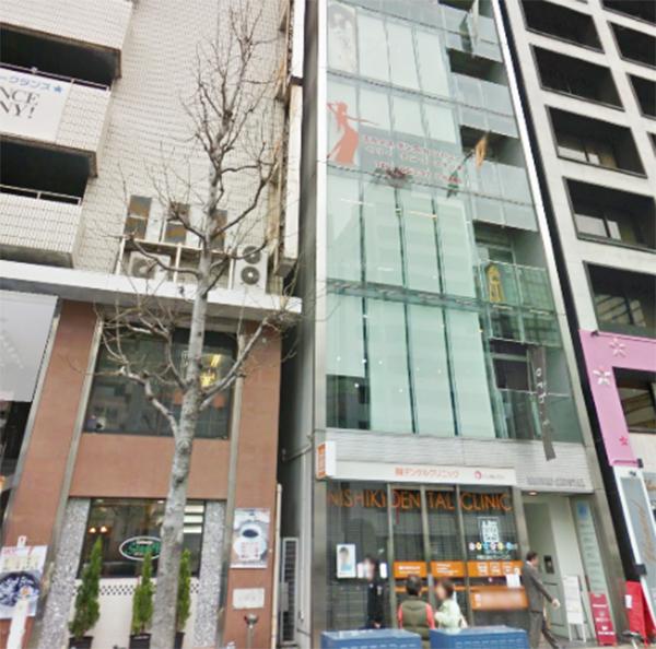 少し歩くと、紀州鉄道名古屋栄ホテルの横に、ガラス張りのビルがあります
