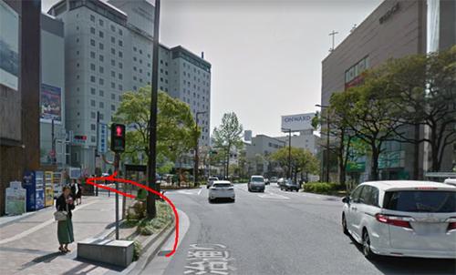 天神西通りの右側を歩き、西鉄グランドホテルの横を通過していく