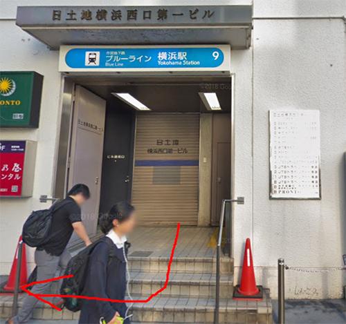 市営地下鉄9番出口を出て、右手に