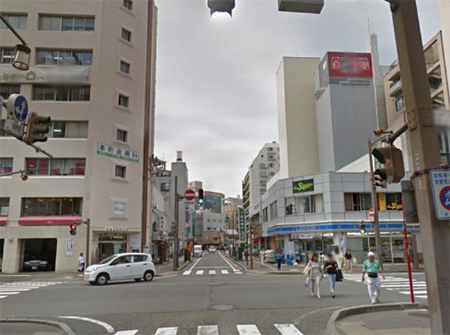 右角にローソンがある交差点にでます。ここを左に曲がります。 曲がったら、直進します。