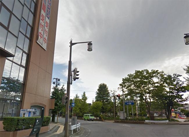 代々木ゼミナールまできたら、交差点を右に渡り、公園を左手に進みます。