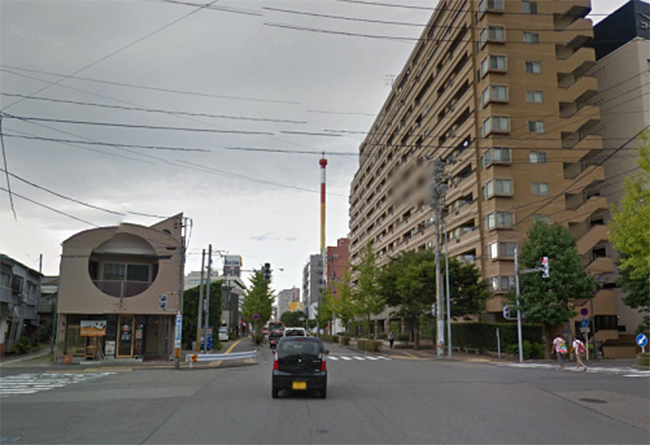 公園を越えて、すぐの交差点を渡り、道なりに直進します。 信号を2つ通過します。