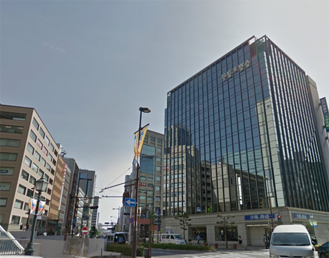 洋服の青山 三宮店が一階に入っているビルが「三神ビル」です。 銀座カラー三宮店は6階に入っています
