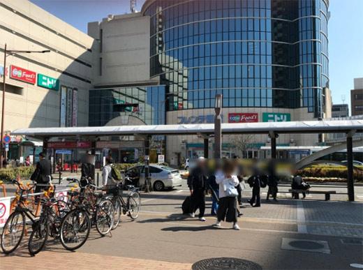 南出口のすぐ前はバスのロータリーです