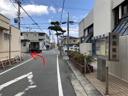 1つ目の交差点(右は但馬銀行)を左折します。