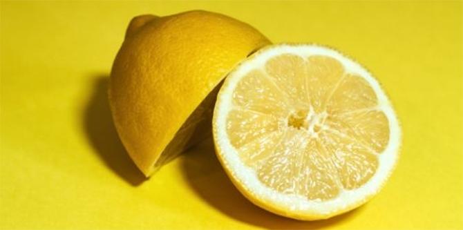 レモン汁を小さじ1杯程度入れて入浴しましょう。
