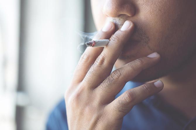 タバコを吸っている