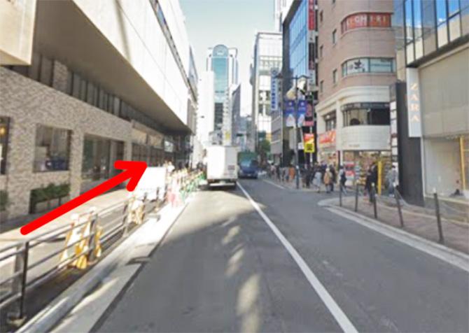 阪急三番街の前の道を阪急かっぱ横丁方面に向かって進みます