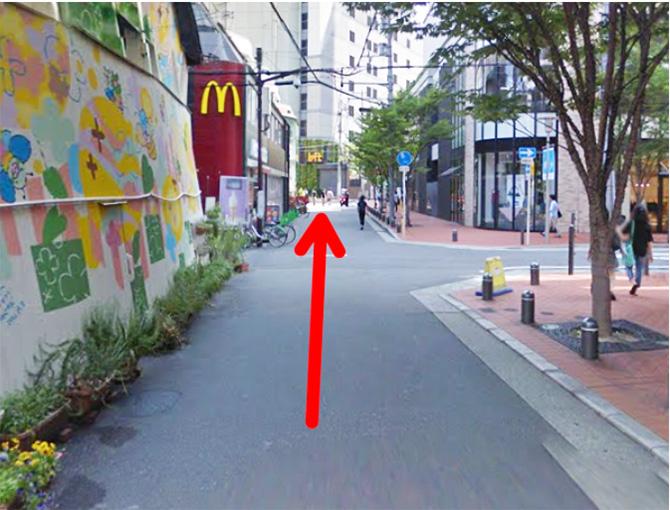 マクドナルド梅田茶屋町店の前を通り過ぎて梅田LOFTを目指して