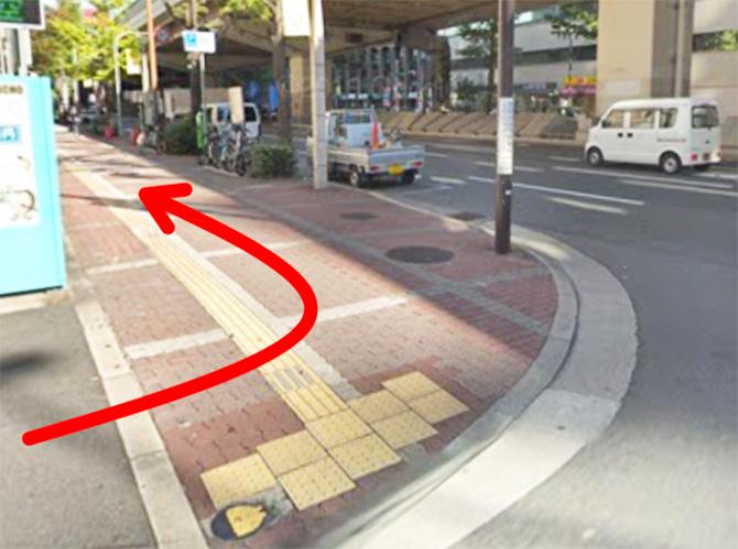 新御堂筋まで来たら、梅田LOFTの角を毎日放送(MBS)方面に曲がり、そのまま新御堂筋沿いに進みます