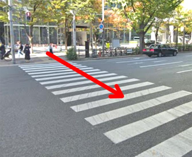 毎日放送( MBS)の前の横断歩道を通って新御堂筋を渡ります。
