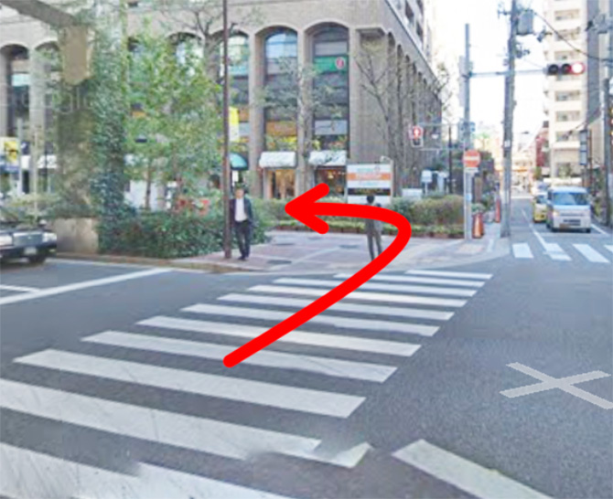 横断歩道を渡ってすぐ前に見える茶色の建物が朝日プラザ梅田です。朝日プラザ梅田の入り口に行くには横断歩道を渡ってすぐ左に曲がります