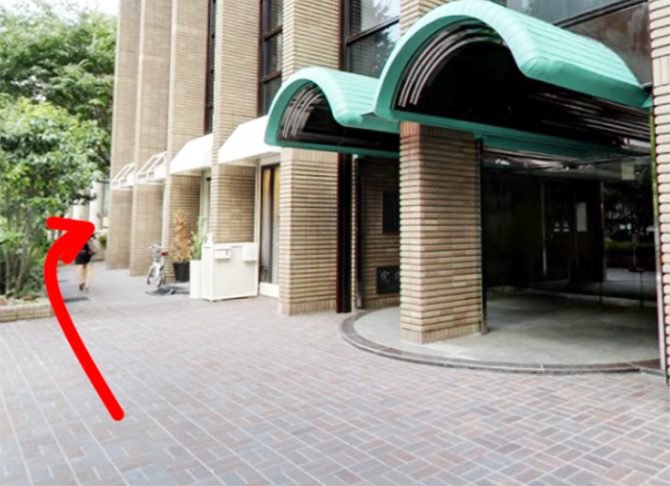 Beauty Salon LINOAHへの入口は中央の入口ではなく建物の向かって左側にある入口になります