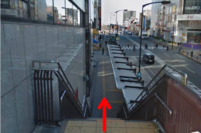 町田東急ツインズWESTの前の階段を降りて原町田大通りに出ます