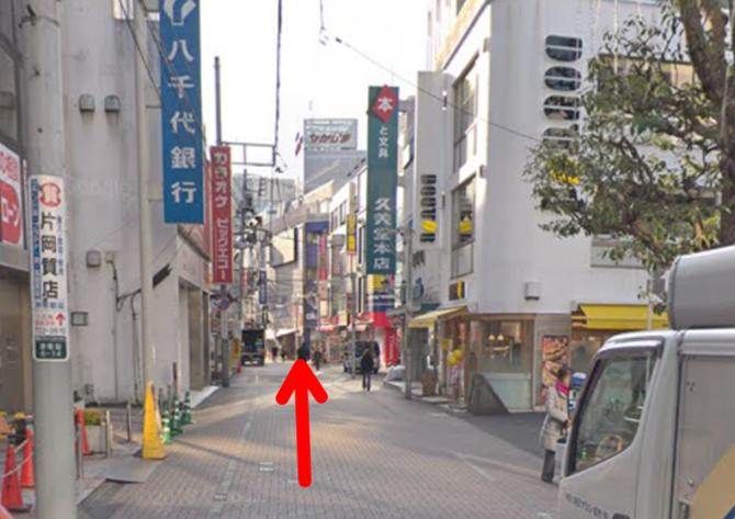 ドトールコーヒーショップ町田駅前店とカラオケビッグエコー小田急町田駅前店の間の道を原町田大通りに向かって進みます