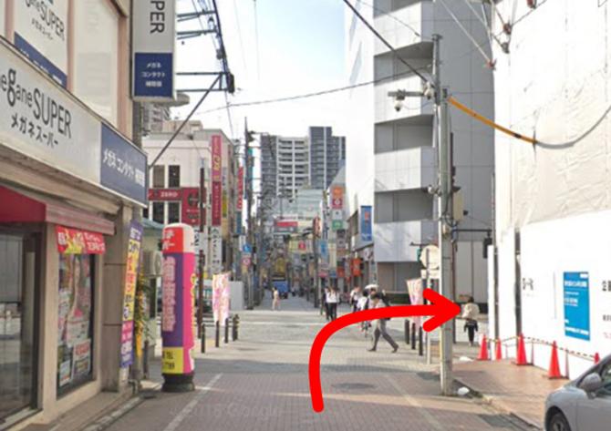 原町田大通りに出たら右側のビルがAETA町田です。銀座カラーAETA町田店は地下1階です。
