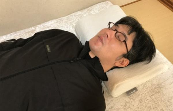 、仰向けで寝たほうが、横向きで寝た時と比べて、肩や首への負担が小さい