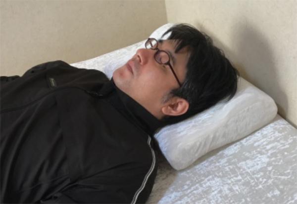 枕の低い方が首に当たるように寝る